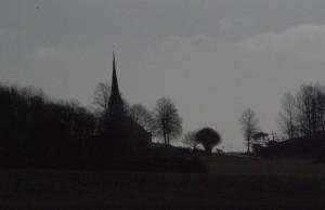 På ön är kyrkospiran en välkänd siluett som är synlig på långt håll
