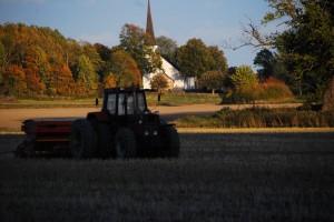 Aspö kyrka ligger mitt i gammal jordbruksdbygd