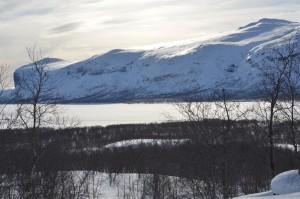 Från östra sidan tvärs över sjön ligger fjället i väster