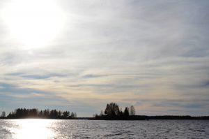 """Strax utanför viken där Arne har båten ligger en liten ö med några hus på, jag vet inte vem som """"bor"""" där men jag gillar platsen"""